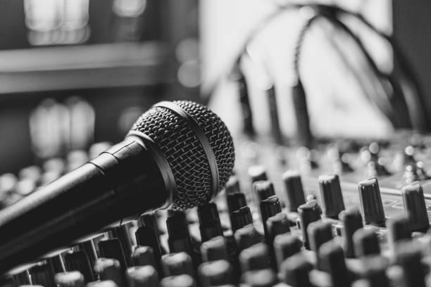 das Mikrofon liegt am Mischpult – Foto