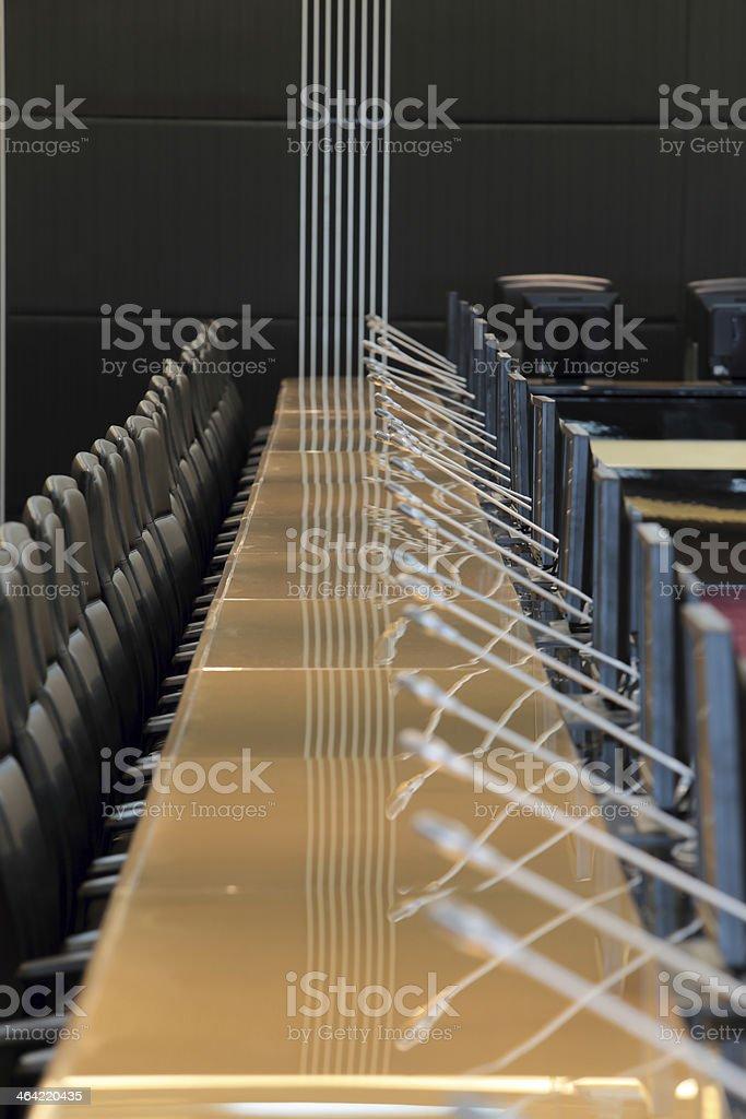 Die Mikrofone vor leeren Stühlen – Foto