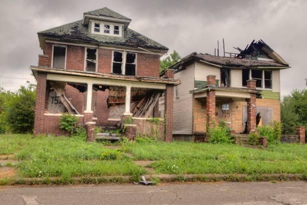 die stadt im mittleren westen von detroit hat tausende von verlassenen gebäuden, die von menschen und industrie übrig geblieben sind - abwesenheit stock-fotos und bilder
