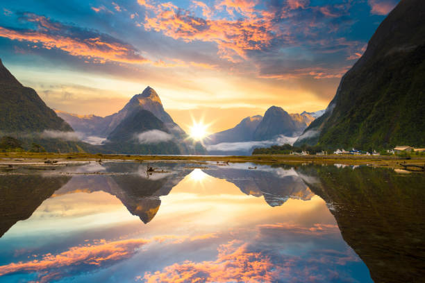 the milford sound fiord. fiordland national park, new zealand - fiordi foto e immagini stock