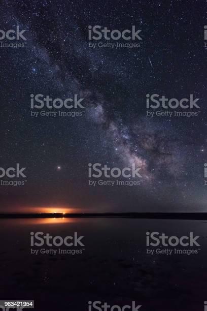 Droga Mleczna Na Użytkach Zielonych Jest Bardzo Piękna - zdjęcia stockowe i więcej obrazów Noc