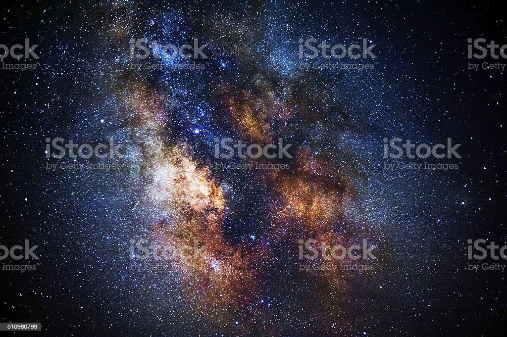A Via Láctea, que s'ergue entre as árvores foto royalty-free