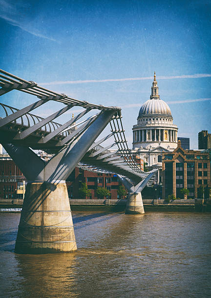 the millennium bridge and st paul's cathedral - paul simon bildbanksfoton och bilder