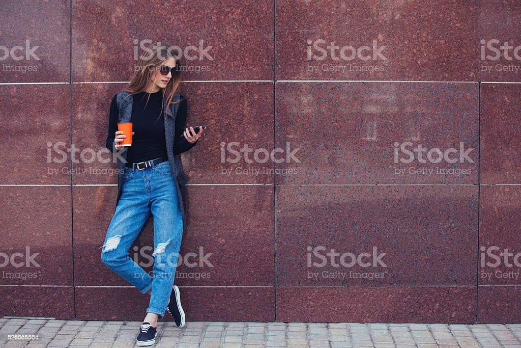 モデルには、壁には、お電話ください。 ストックフォト