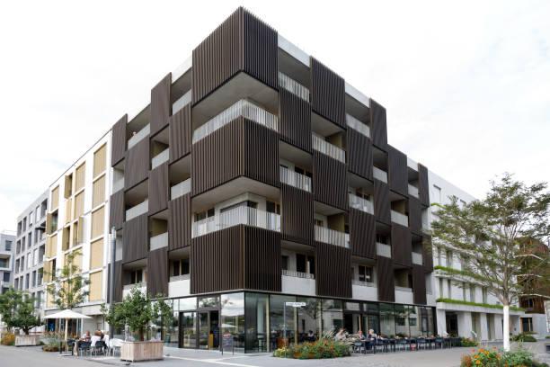 Der moderne urbane Raum verbindet die Schönheit der Ausführung, technische Innovation und komfortable Infrastruktur. Ein gewerbes Keller reduziert die Kosten für den Wohnraum. – Foto