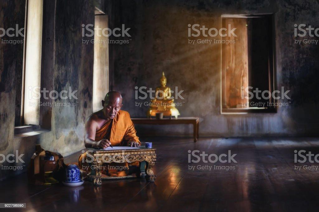 Der Mönch studiert buddhistische Aktivitäten. – Foto