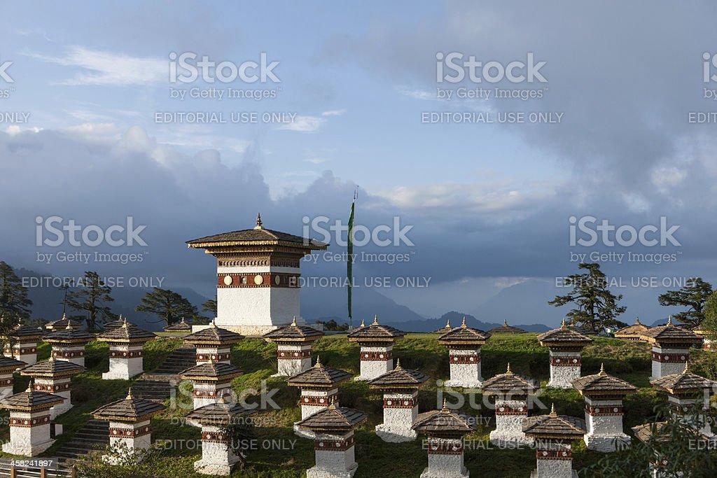 The monument of 108 chortens at Dochu La in Himalaya foto