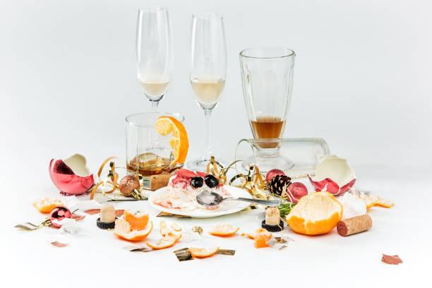 Le matin suivant le jour de Noël, table avec l'alcool et les restes - Photo