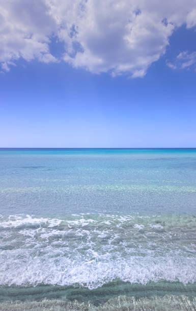 아풀리아의 가장 아름다운 모래 해변: 마리나 디 플리오노 (이탈리아).  해안은 진정으로 맑고 맑은 바다가 내려다 보이는 모래 만과 들쭉날쭉한 절벽의 교대로 특징입니다. - 이오니아 해 뉴스 사진 이미지
