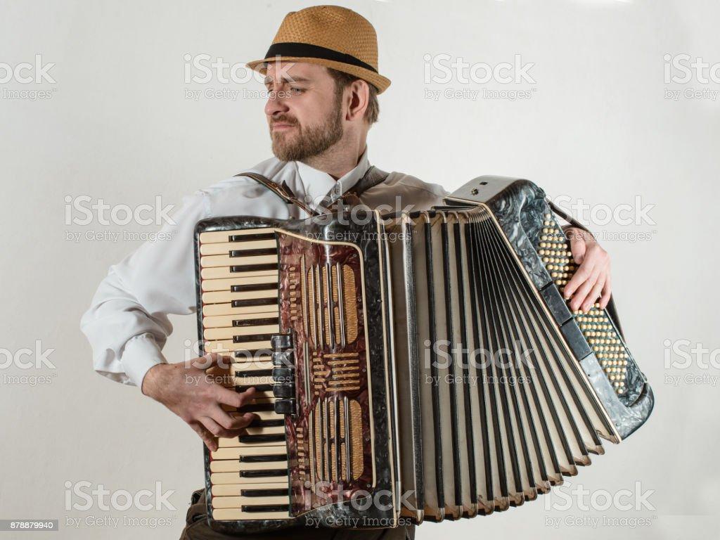 Der Musiker spielt das Akkordeon – Foto