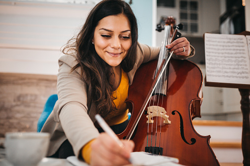 The musician tunes the cello
