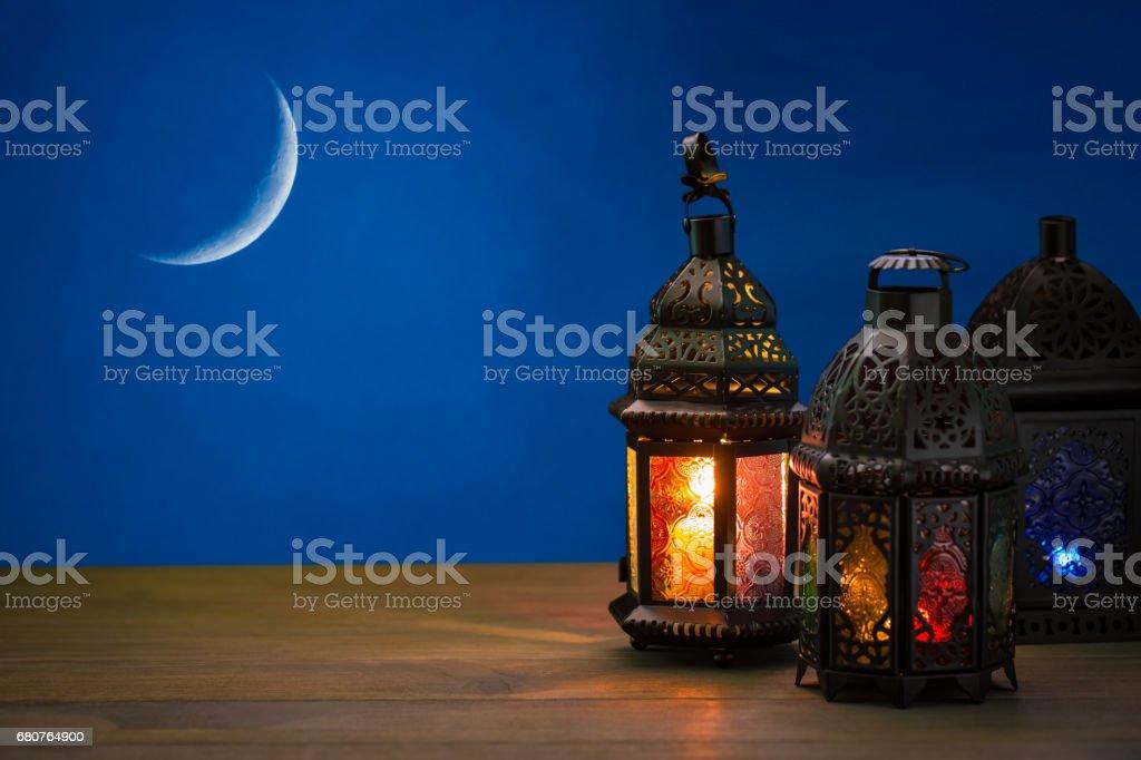 La fête musulmane du mois sacré du Ramadan Kareem. Beau fond avec une lanterne brillante didi. Espace libre pour votre texte. - Photo