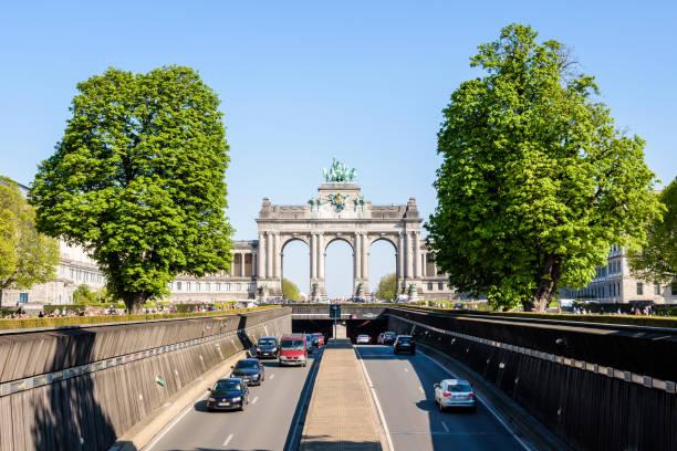 L'autoroute N3 traverse le parc du cinquantenaire à Bruxelles, en Belgique. - Photo
