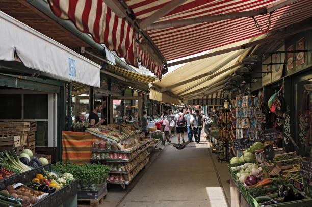 der naschmarkt in wien, österreich - naschmarkt stock-fotos und bilder