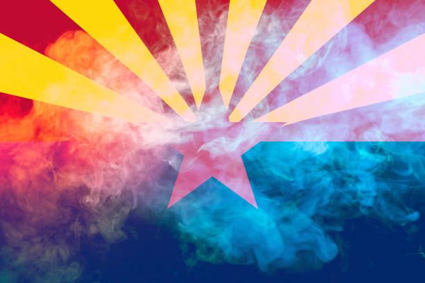 美國亞利桑那州的國旗在獨立當天以不同顏色的藍色紅色和黃色與灰色煙霧對決。政治和宗教爭端、習俗和交付。圖像檔