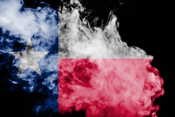 美國德克薩斯州的國旗在獨立當天以不同顏色的藍色紅色和黃色與灰色煙霧對決。政治和宗教爭端、習俗和交付。圖像檔