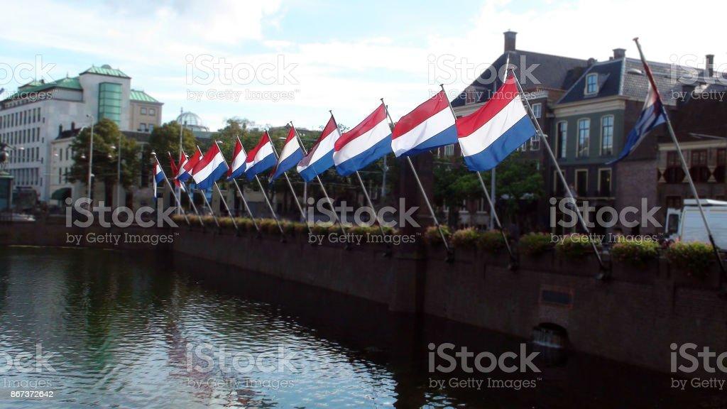 Las banderas de Países Bajos, agua y construcción de escena Exterior en la haya países Bajos Europa - foto de stock