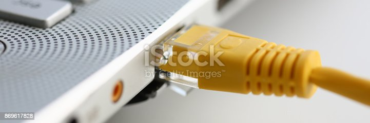 The network connector is inserted into the laptop. The LAN constructor deconstructs the connection of clients to the Internet on the basis of xpon and Adsl