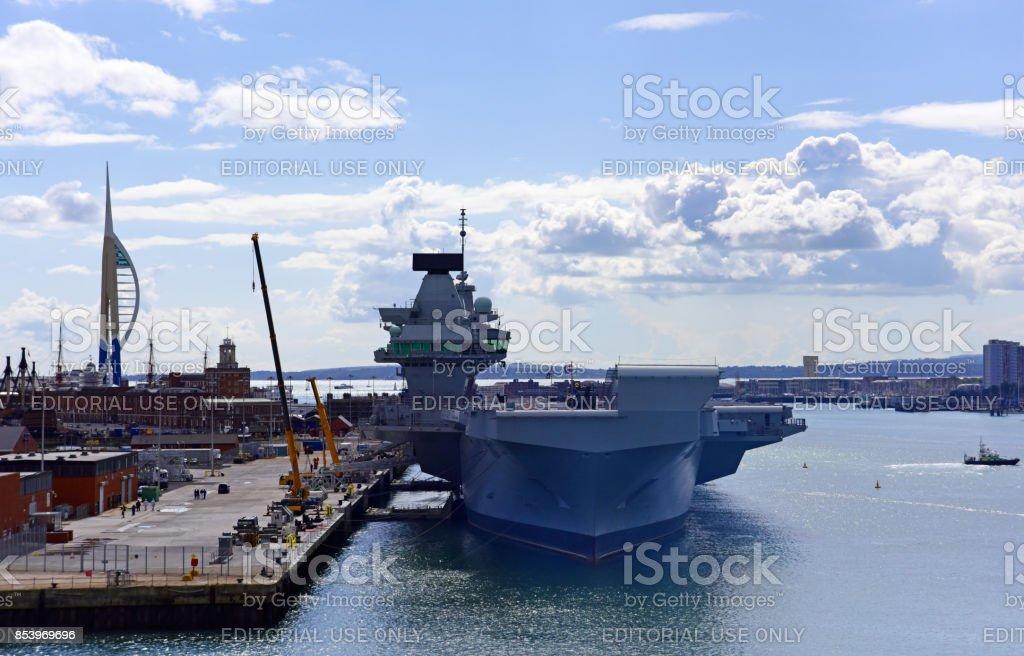 El británico nuevo portaaviones Queen Elizabeth en el puerto de Portsmouth, Reino Unido. - foto de stock