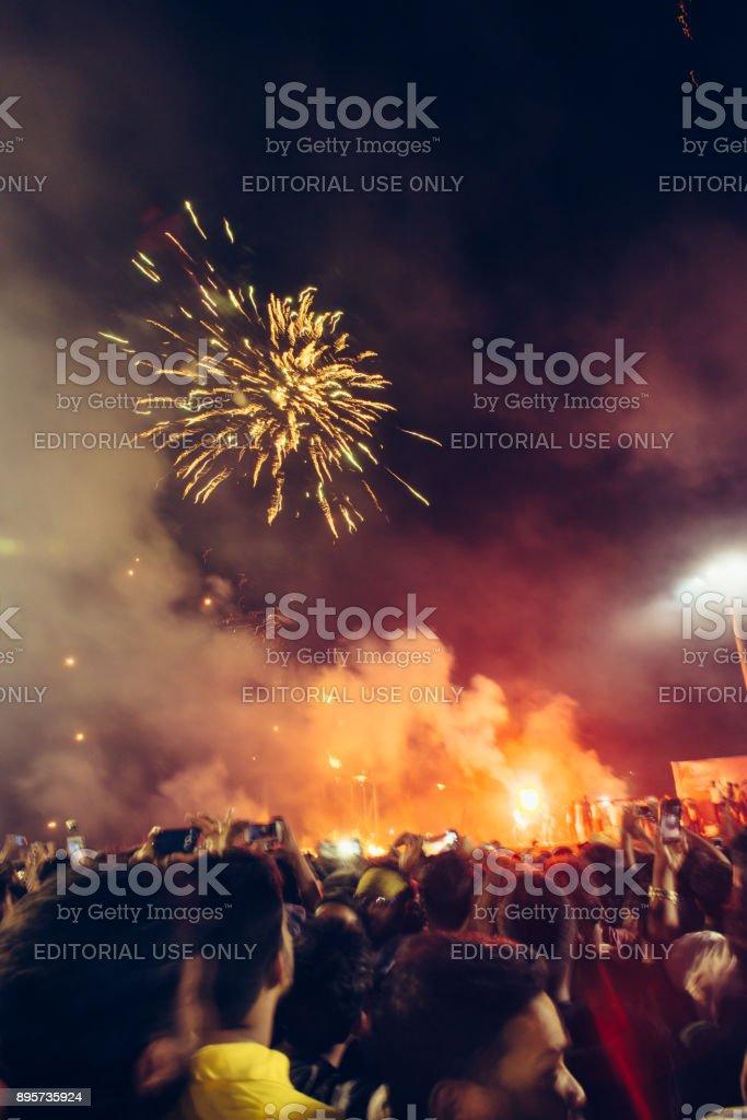 Les célébrations du nouvel an sur la plage de Fort Kochi. Feux d'artifice dans la nuit - Photo