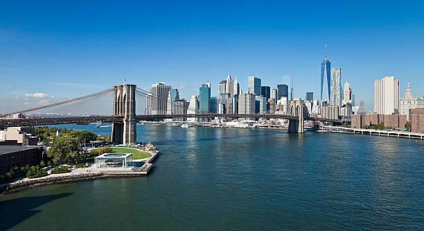 The New York Downtown w Brooklyn Bridge and Brooklyn park stock photo