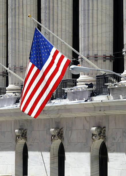 the new york stock exchange in downtown manhattan, new york - nyse crash imagens e fotografias de stock