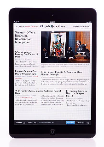 die new york times on ipad-mini - new york times stock-fotos und bilder