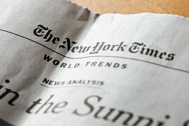 die new york times schreibt wöchentliche edition in delo zeitung - new york times stock-fotos und bilder
