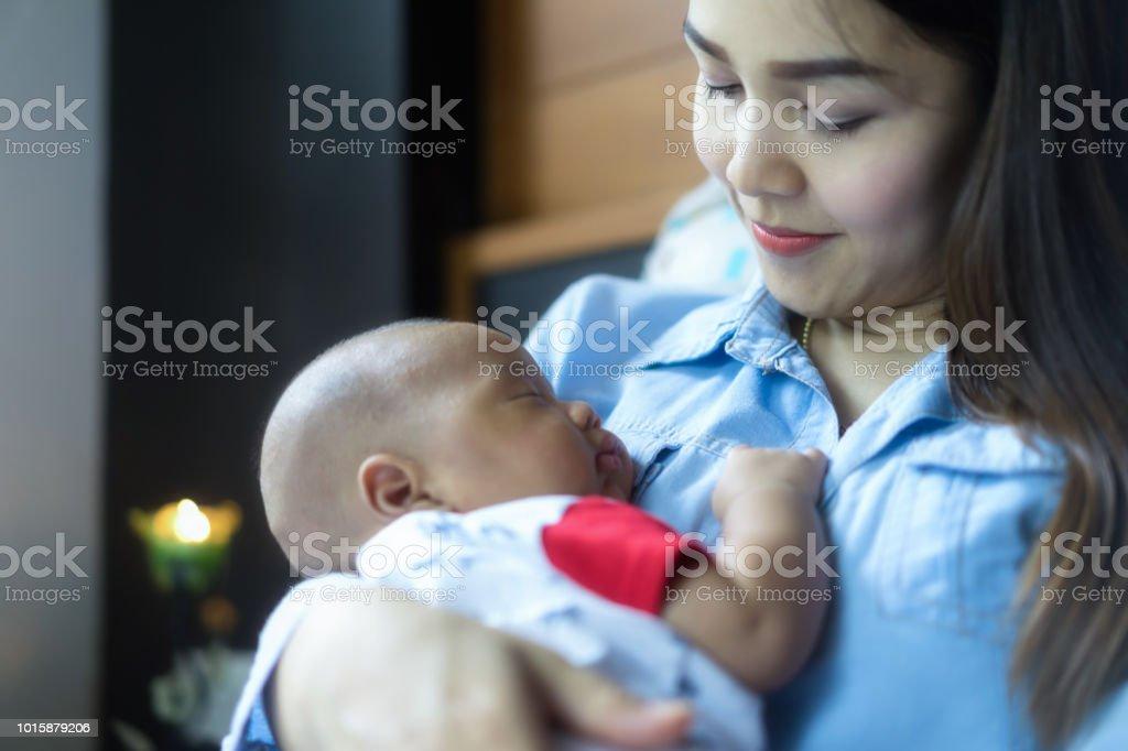 Das Neugeborene Baby Schlafen Auf Mutters Brust Comutter Und Baby