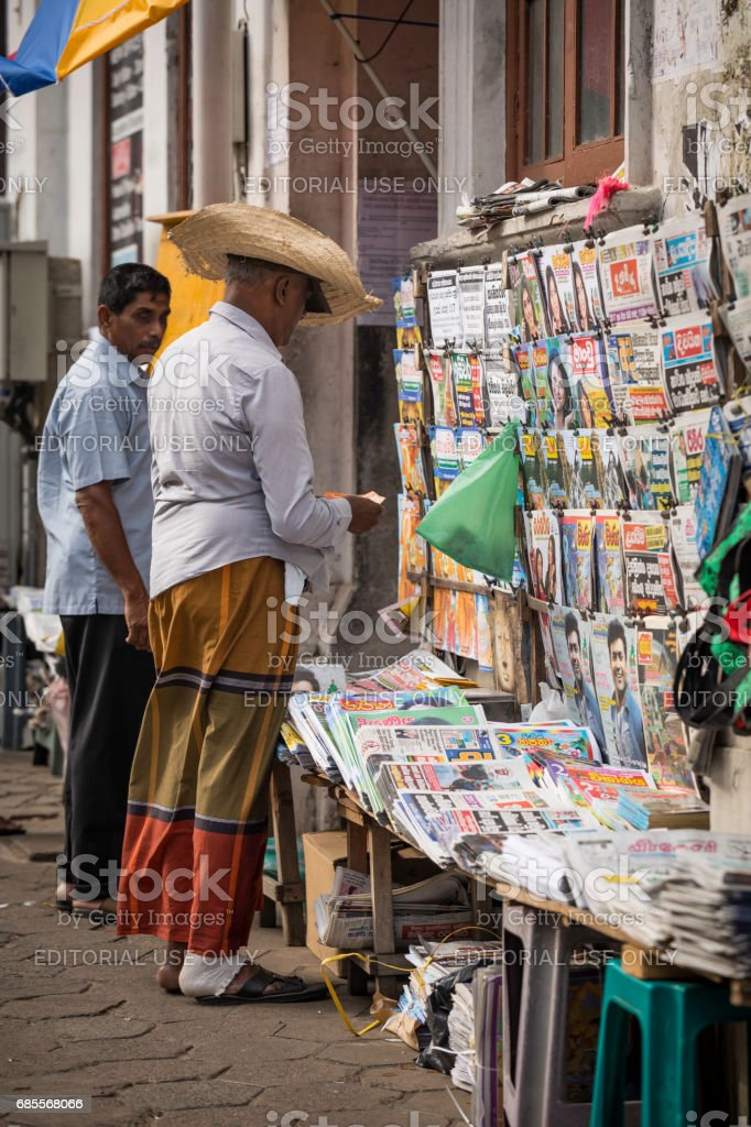 판매 대는 거리에서 신문을 판매 하 고 있다. royalty-free 스톡 사진