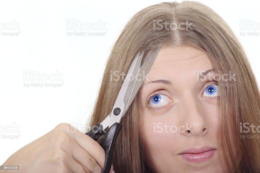 La bella ragazza con forbici guardando verso l'alto foto stock royalty-free