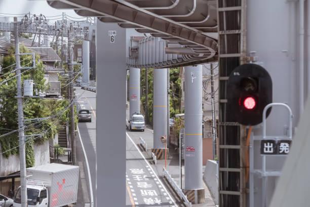 Die schöne Aussicht auf das Straßenbild von innen der Shonan Monorail – Foto