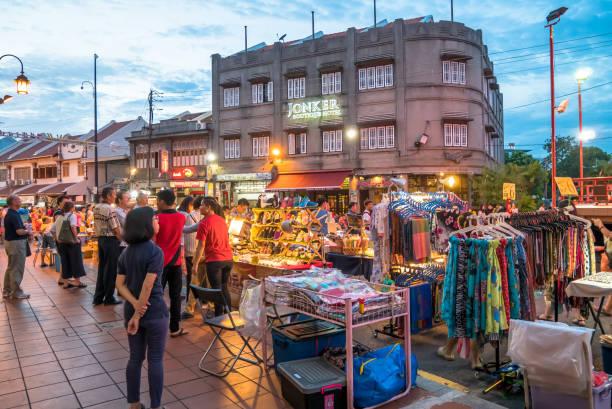 de avondmarkt op vrijdag, zaterdag en zondag is het beste deel van de jonker street, zij verkoopt alles, van smakelijke voedingsmiddelen te goedkope souvenirs. - avondmarkt stockfoto's en -beelden