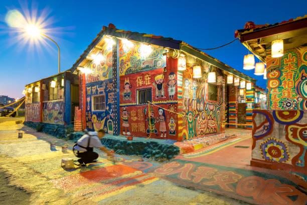 Die Nachtansicht des Rainbow Village in Taichung City. – Foto