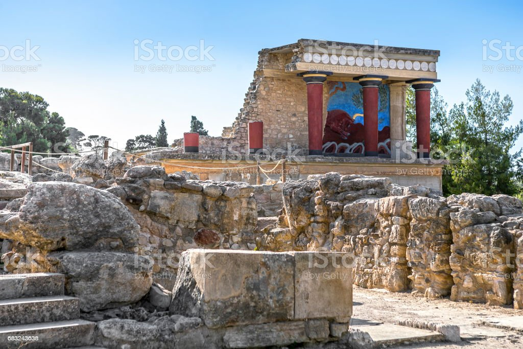 The North Entrance of the Palace with charging bull fresco in Knossos at Crete Lizenzfreies stock-foto