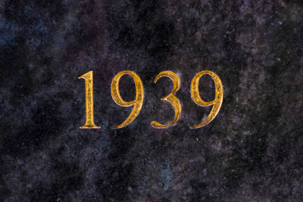 The number 1939, engraved in gold letters on marble. - foto stock