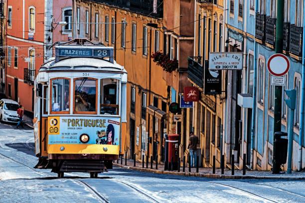 the number 28 lisbon tram - linea tranviaria foto e immagini stock