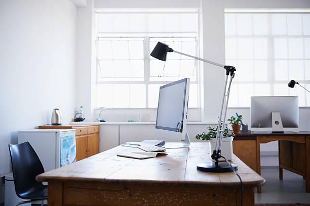 das büro am wochenende - arbeitsplatz verlassen stock-fotos und bilder