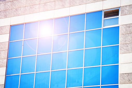 Het Kantoorgebouw Van De Rode Zon In De Hemelachtergrond Stockfoto en meer beelden van Abstract