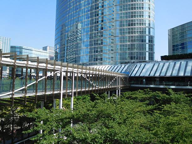 The office buildings and the footbridge under the blue sky – Foto
