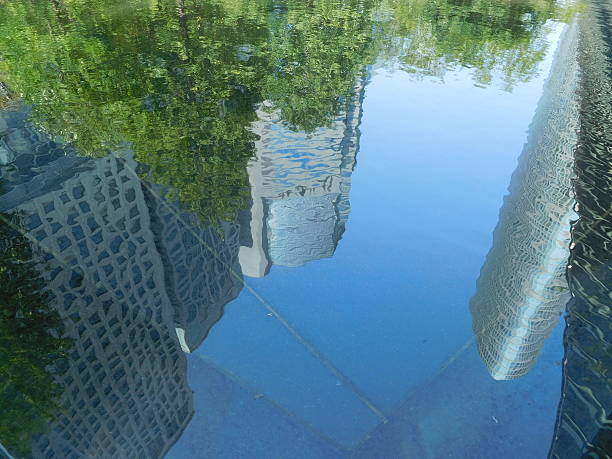 The office buildings reflected on the surface of water – Foto