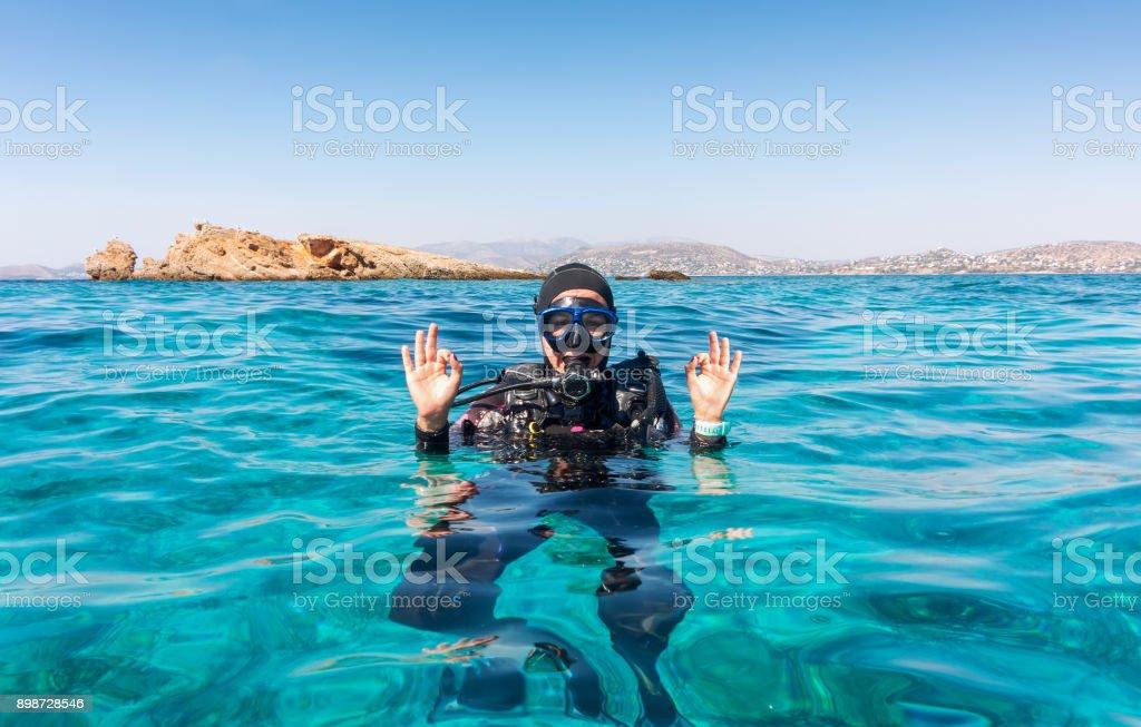 L'OK signer par un plongeur femelle photo libre de droits