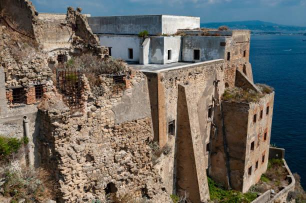 l'antico carcere abbandonato nello storico palazzo d'avalos sulle scogliere di terra murata, isola procida, italia - procida foto e immagini stock