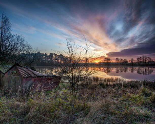 A casa velha do barco no nascer do sol - foto de acervo