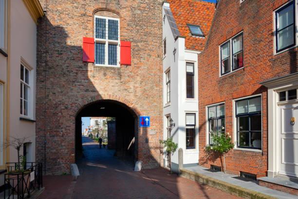 De oude stadspoort Lekpoort en naburige huizen in Vianen foto