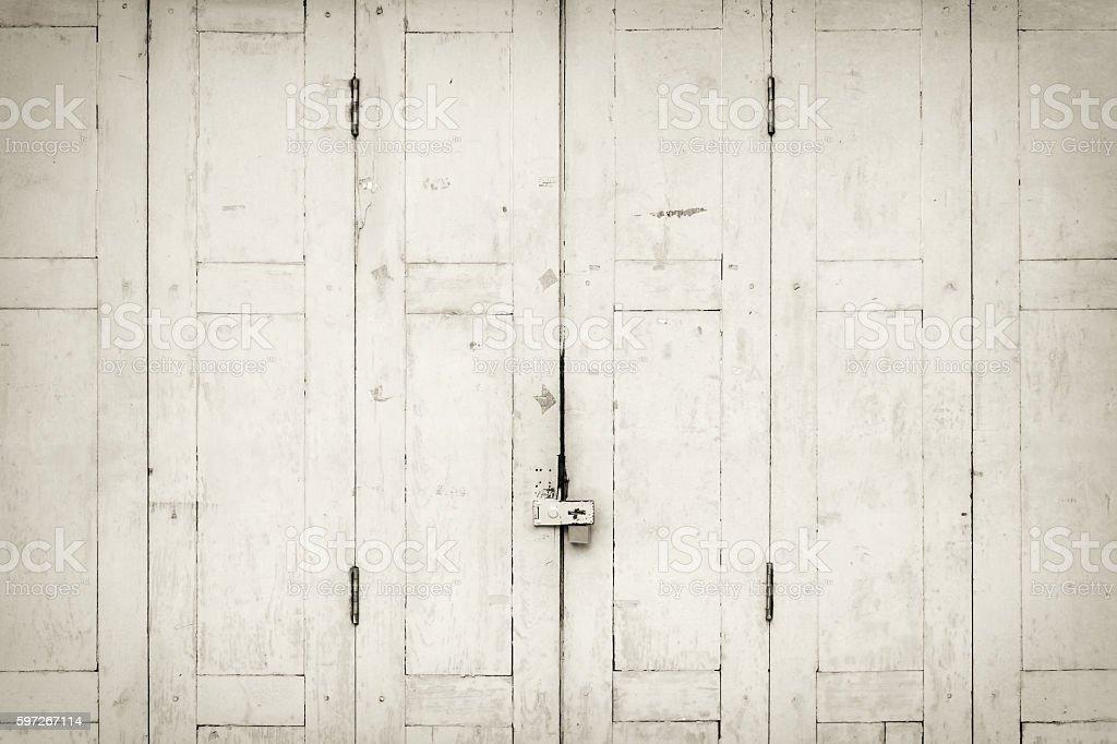 The old grunge folding door closed in B&W. Lizenzfreies stock-foto