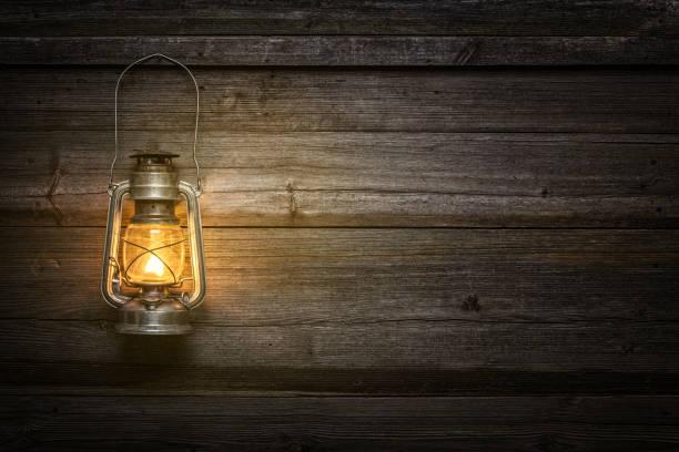 a velha lâmpada de querosene em fundo de madeira - lanterna - fotografias e filmes do acervo