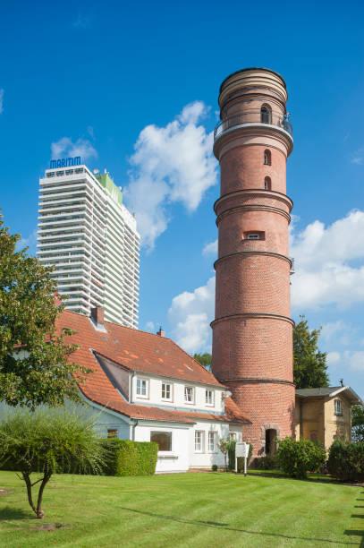 der alte leuchtturm und hotel maritim in travemünde an der ostsee - nordsee urlaub hotel stock-fotos und bilder
