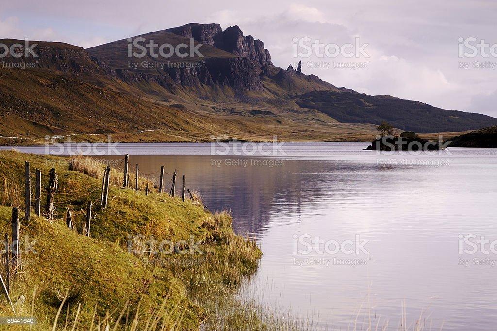 The Old man of Storr en Loch Leathan foto de stock libre de derechos