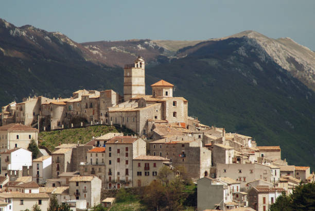 El viejo, medieval pueblo de Castel del Monte, Italia (Abruzos) - foto de stock